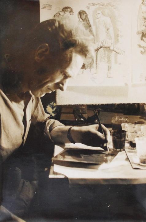 Loek werkt aan een email ttv kruiswegstaties Jakarta eind jaren 50